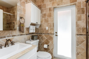 037-Bathroom-2979441-medium