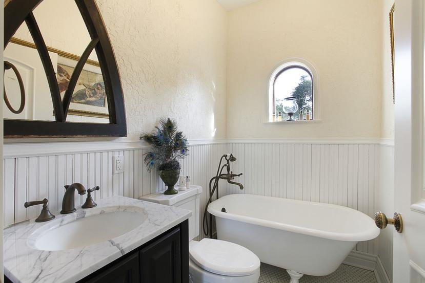 033-Bathroom-2201298-small