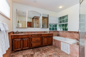 043-Master_Bathroom-2979471-medium